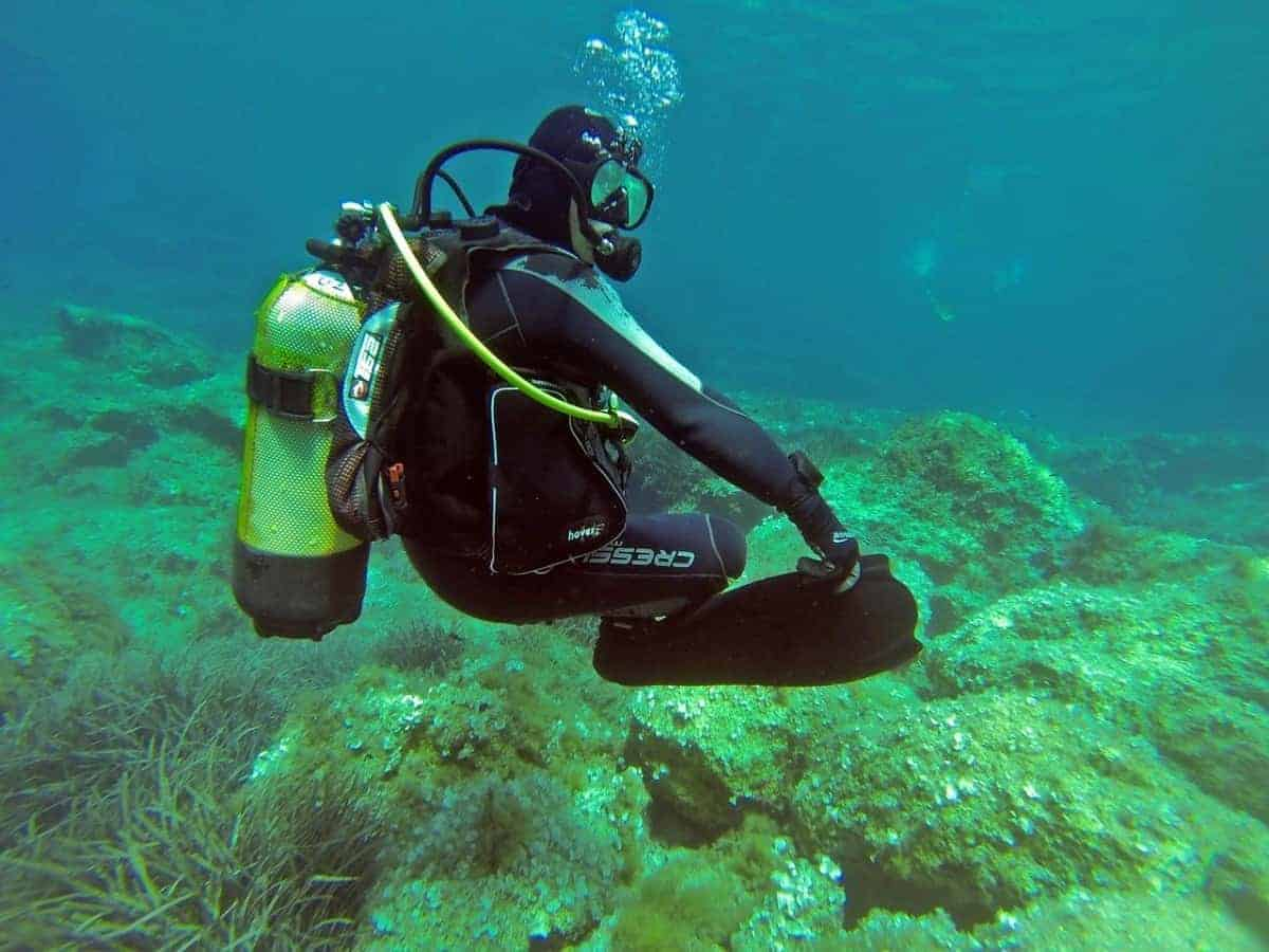 Solo scuba diving isn't recommended